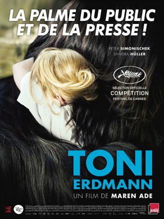Affiche du film Toni Erdmann de Maren Ade sur laquelle Sandra Hüller serre dans ses bras son père, enfermé dans un déguisement bulgare.