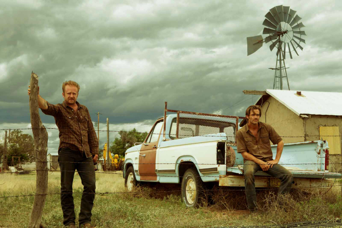 Photo de Chris Pine et Ben Foster observant le paysage texan dans un ranch dans le film Comancheria de David Mackenzie.
