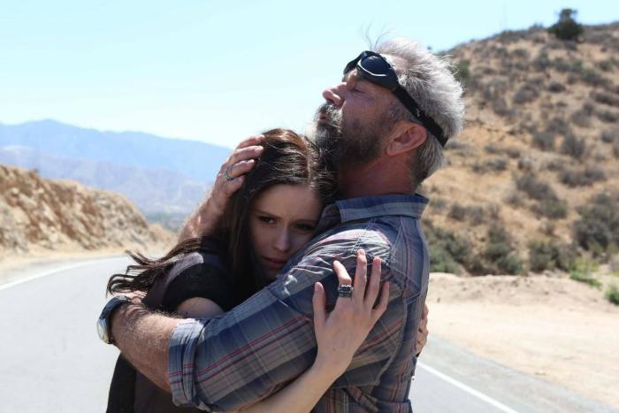 Photo tirée du film Blood Father réalisé par Jean-François Richet sur laquelle Mel Gibson sert Erin Moriarty dans ses bras sur une route du désert.