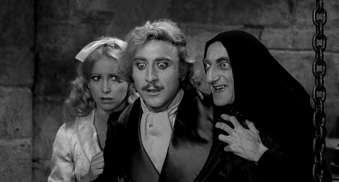 Photo de Teri Garr, Gene Wilder et Marty Feldman qui paraissent stupéfaits dans le film Frankenstein Junior de Mel Brooks.