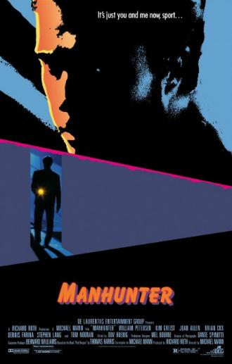 Affiche dessinée de Manhunter sur laquelle Nous voyons le portrait de William Petersen  et sur le milieu de l'affiche nous le voyons pénétrer dans une pièce avec une lampe torche.