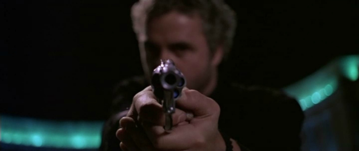 Photo de William Petersen pointant son arme vers la caméra dans le film Manhunter de Michael Mann.