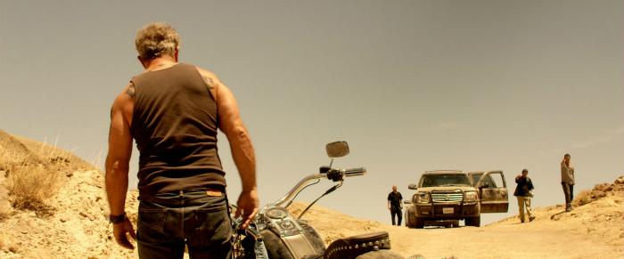Photo de Mel Gibson de dos dans Blood Father qui descend de sa moto, prêt à affronter des gangsters.