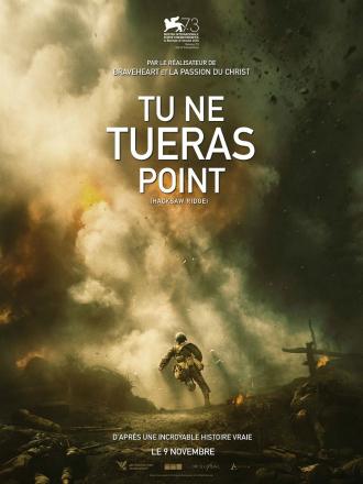 Affiche de Tu ne tueras point réalisé par Mel Gibson sur laquelle le soldat interprété par Andrew Garfield court sans arme au milieu d'un champ de bataille.