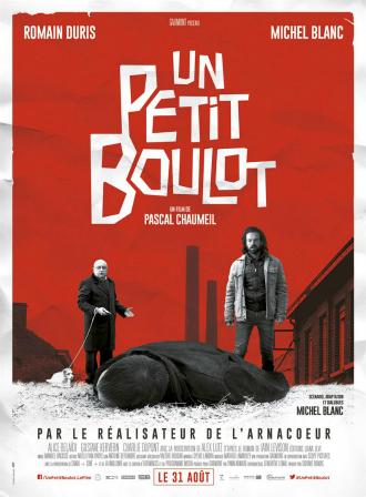 Affiche du film Un Petit Boulot de Pascal Chaumeil sur laquelle Romain Duris et Michel Blanc se rendent compte qu'ils viennent de tuer un homme. Le second plan est un fond rouge qui représente une ville industrielle.