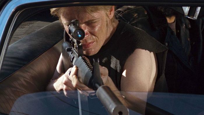 Photo du gangster tenant un fusil d'assaut dans une voiture dans le film Assaut de John Carpenter.