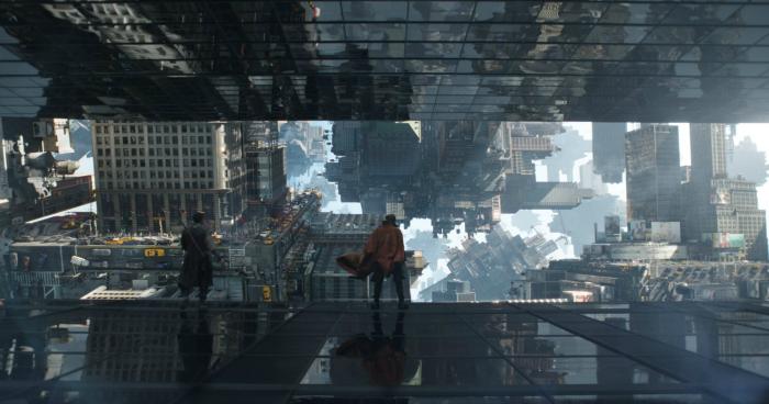 Photo de Benedict Cumberbatch et Chiwetel Ejiofor courant sur les vitres d'un immeuble dans le film Doctor Strange de Scott Derrickson.
