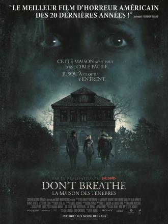Affiche de Don't breathe, La Maison des Ténèbres sur laquelle les trois cambrioleurs s'apprêtent à rentrer dans une sombre maison. Le visage effrayé de l'héroïne est visible au second plan.