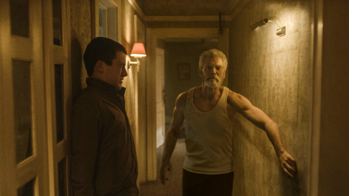 Photo de Dylan Minnette échappant à l'aveugle interprété par Stephen Lang dans le film Don't breathe de Fede Alvarez.