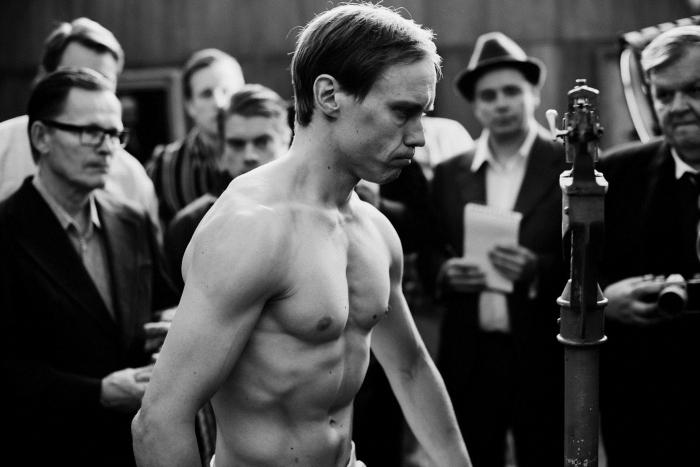 Photo de Jarkko Lahti dans le film Olli Mäki s'apprêtant à faire la pesée.