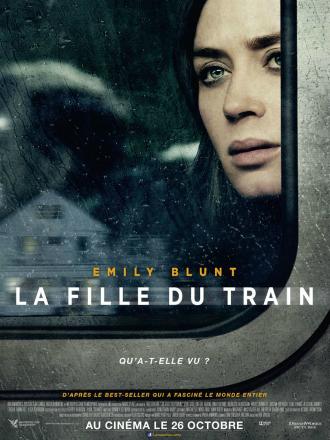 Affiche de La fille du train de Tate Taylor sur laquelle Emily Blunt regarde une demeure à travers la vitre d'un train.