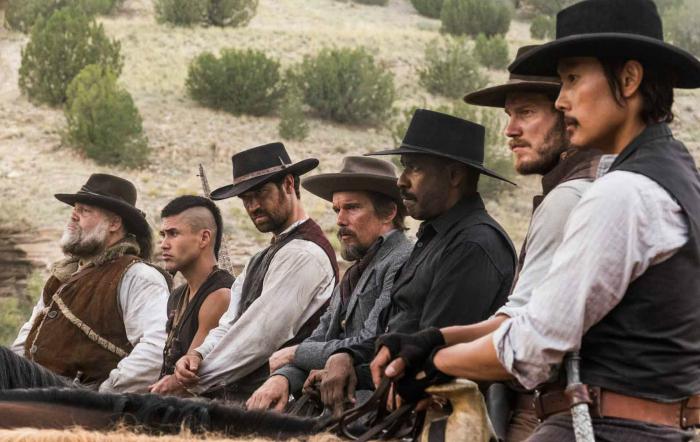 Photo des 7 Mercenaires d'Antoine Fuqua sur laquelle les héros menés par Denzel Washington sont alignés, à cheval.