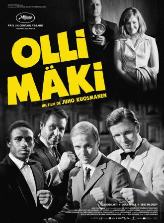 Affiche du film Olli Mäki sur laquelle le boxeur pose face à l'objectif avec son manager et son adversaire. On voit également sa compagne Raija Mäki souriante à côté du photographe.