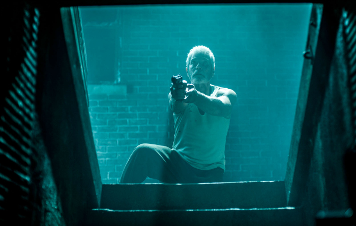 Photo de Stephen Lang pointant son arme vers son sous-sol dans le film Don't Breathe de Fede Alvarez.