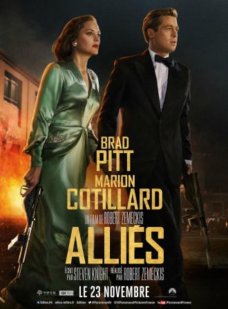 Affiche du film Alliés de Robert Zemeckis sur laquelle Marion Cotillard et Brad Pitt avancent armés, rapidement et se tenant la main dans une rue en flammes de Casablanca.