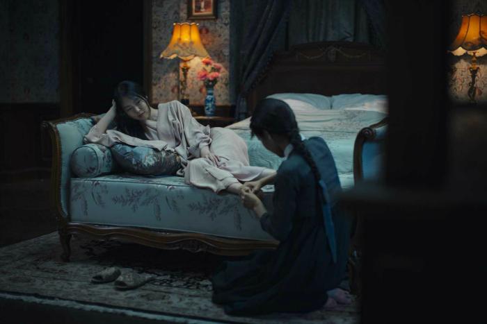 Photo de Kim Min-hee se faisant soigner les pieds par Kim Tae-ri dans le film Mademoiselle de Park Chan-wook.