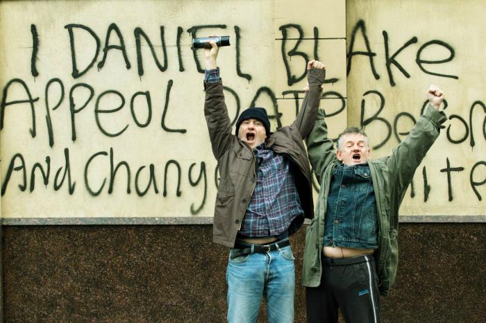 Photo de Dave Johns célébrant son tag avec un passant dans le film Moi, Daniel Blake de Ken Loach.
