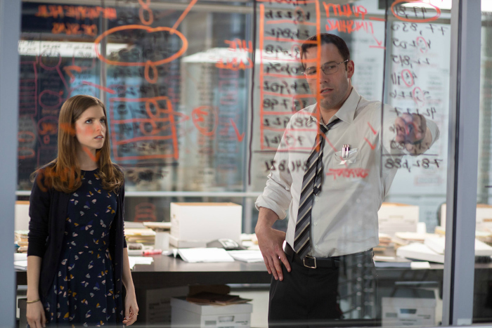 Photo d'Anna Kendrick et Ben Affleck observant des équations sur un mur vitré dans le film Mr Wolff de Gavin O'Connor.