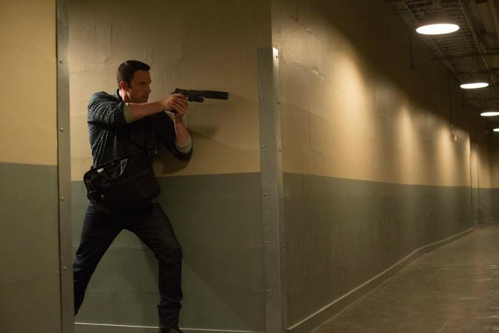 Photo de Ben Affleck avançant armé dans un couloir prudemment dans le film Mr Wolff de Gavin O'Connor.