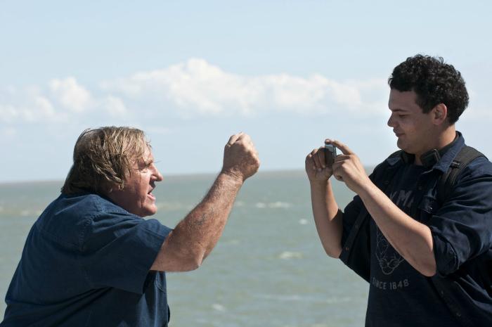 Photo de Gérard Depardieu rappant devant Sadek au bord de la mer dans le film Tour de France de Rachid Djaïdani.