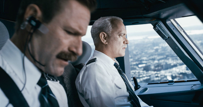 Photo d'Aaron Eckhart et Tom Hanks dans le cockpit de l'avion posé sur l'Hudson dans le film Sully de Clint Eastwood.