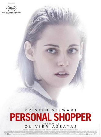 Affiche de Personal Shopper d'Olivier Assayas sur laquelle on distingue le visage inquiet de Kristen Stewart devant une lumière très prononcée.