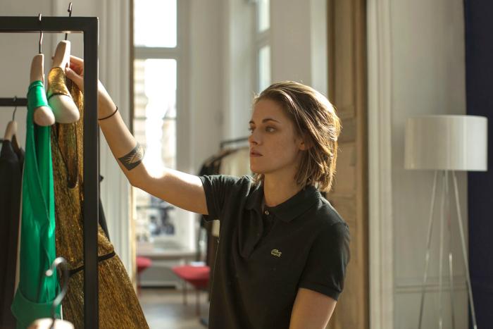 Photo de Kristen Stewart choisissant des vêtements dans le film Personal Shopper d'Olivier Assayas.