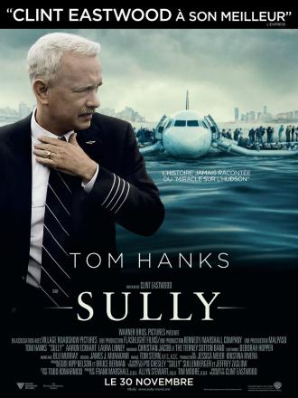 Affiche du film Sully de Clint Eastwood sur laquelle nous voyons Tom Hanks au premier plan et l'avion qu'il a posé sur l'Hudson au second plan avec les passagers attendant les secours sur les ailes.