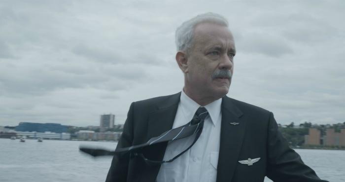 Photo de Tom Hanks dans le rôle du Capitaine Sullenberger dans le film Sully De Clint Eastwood. Le pilote semble choquer et vérifie si tous les passagers sont sains et saufs.