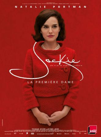 Affiche de Jackie de Pablo Larrain sur laquelle Natalie Portman se tient au centre dans une tenue rouge, devant un fond rouge.