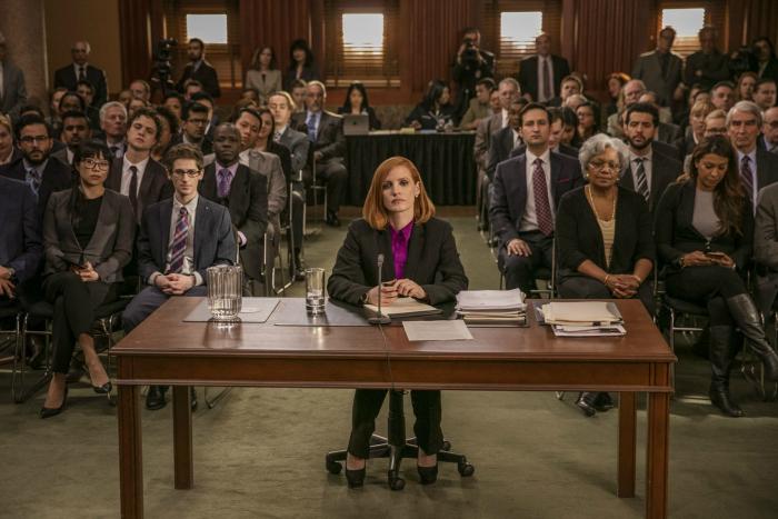 Photo de Jessica Chastain dans le film Miss Sloane qui se tient assise face aux juges de son procès.