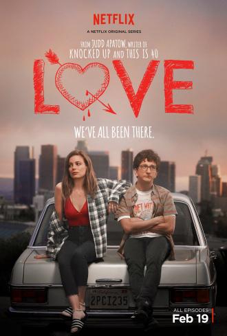 Affiche de la série Netflix Love créée par Judd Apatow, sur laquelle Gillian Jacobs et Paul Rust sont adossés à une voiture dans les hauteurs de Los Angeles.