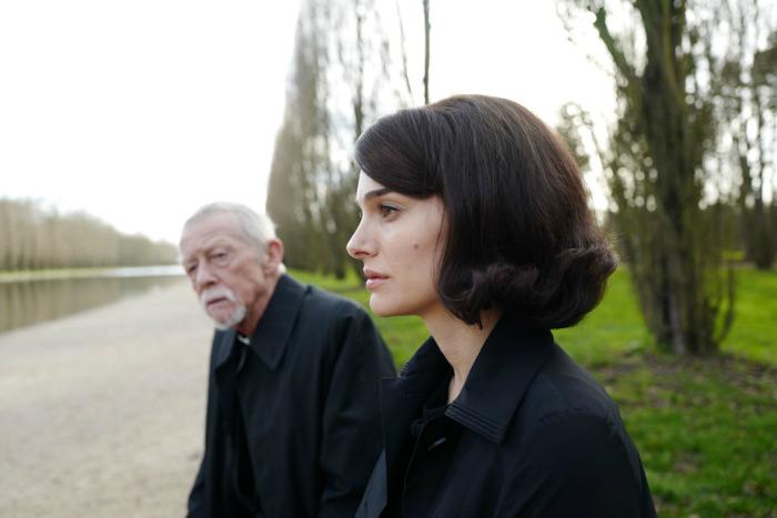 Photo de Nathalie Portman et John Hurt discutant dans un parc dans le film Jackie de Pablo Larrain.