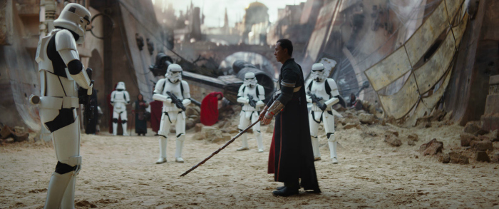 Photo de Donnie Yen prêt à combattre des Stormtroopers dans le film Rogue One : A Star Wars Story de Gareth Edwards.