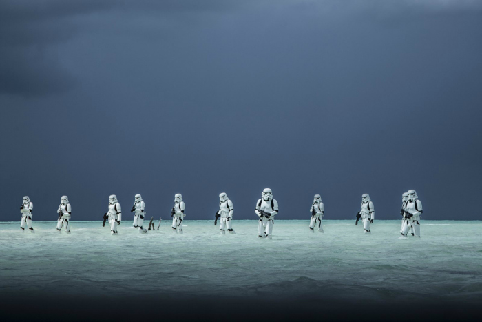 Photo de Stormtroopers patrouillant dans l'eau dans le film Rogue One : A Star Wars Story de Gareth Edwards.