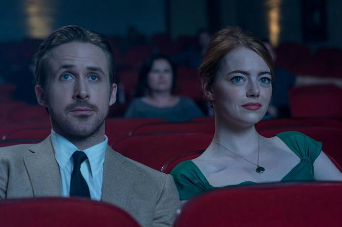 Photo d'Emma Stone et Ryan Gosling ensemble au cinéma dans le film La La Land de Damien Chazelle.