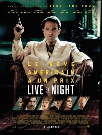 Affiche du film Live By Night de Ben Affleck sur lequel nous voyons Ben Affleck assis dans un fauteuil en costume, tenant une arme. Des portraits des personnages secondaires sont visibles en bas de l'affiche.