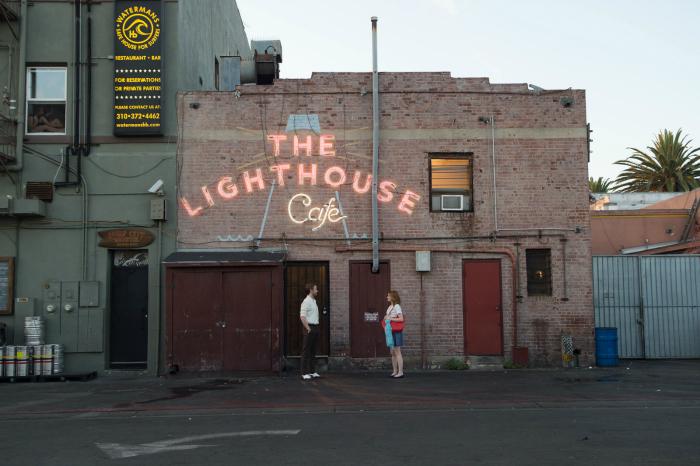 Photo de Ryan Gosling et Emma Stone face à face à l'entrée d'un club de jazz de Los Angeles dans La La Land de Damien Chazelle.