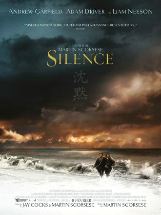 Affiche de Silence réalisé par Martin Scorsese sur laquelle Andrew Garfield et Adam Driver arrivent sur une plage japonaise.