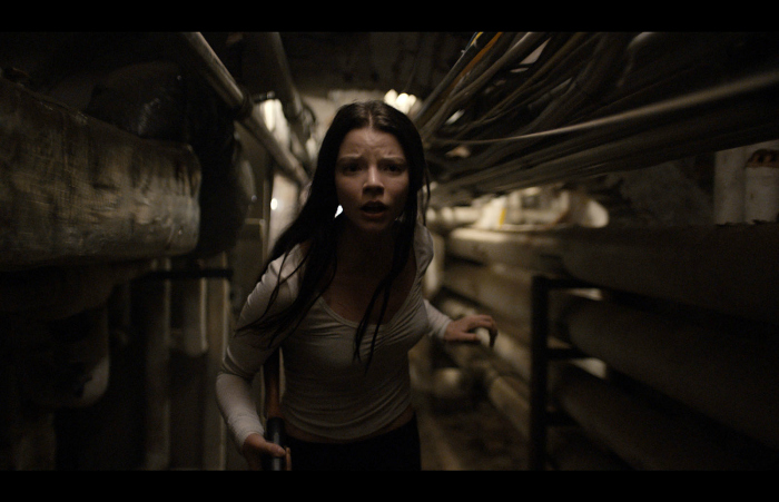 Photo d'Anya Taylor-Joy dans Split de M. Night Shyamalan courant dans des couloirs souterrains.