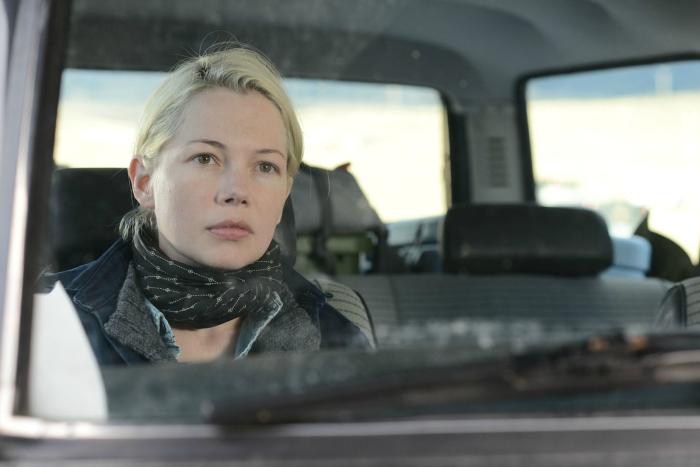 Photo de Michelle Williams assise à l'avant d'une voiture dans le film Certaines Femmes de Kelly Reichardt.