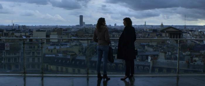 Photo tirée du film Corporate de Nicolas Silhol. Violaine Fumeau et Céline Sallette discutent sur le haut d'un immeuble parisien.