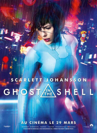 Affiche de Ghost in the Shell de Rupert Sanders. Nous pouvons voir le Major interprété par Scarlett Johansson au sommet d'une mégalopole futuriste très éclairée. On comprend qu'elle est un cyborg.