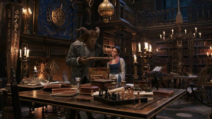 Photo de Dan Stevens et Emma Watson dans le film La Belle et la Bête de Bill Condon. Dans cette scène, les deux héros discutent ensemble de littérature dans l'impressionnante bibliothèque de la Bête et apprennent ainsi à se connaître et se rapprocher.