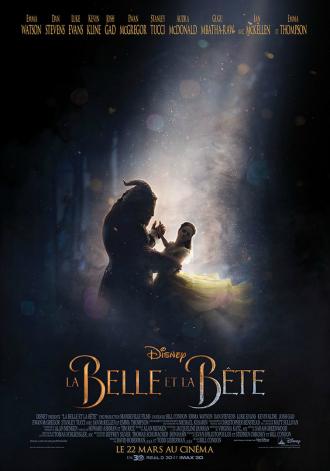 Affiche de La Belle et la Bête de Bill Condon sur laquelle les deux héros incarnés par Emma Watson et Dan Stevens dansent dans un passage très connu du conte.