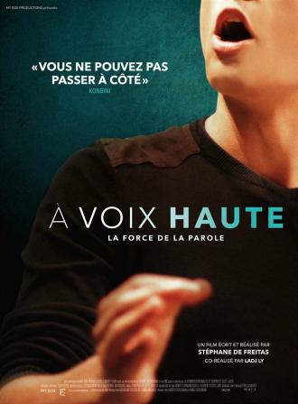 Affiche d'A voix haute de Stéphane de Freitas et Ldj Ly sur laquelle un étudiant parle devant une assemblée. On ne distingue que sa bouche et sa main en mouvement.
