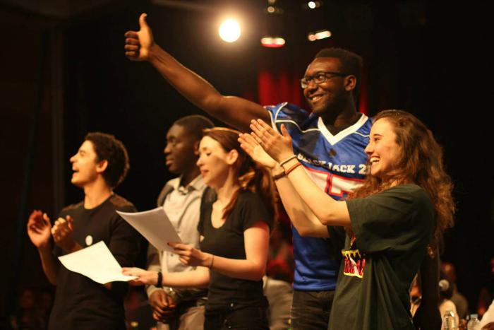 Photo des participants du concours Eloquentia présentés dans le documentaire A voix haute. On les voit saluer et remercier leur auditoire.