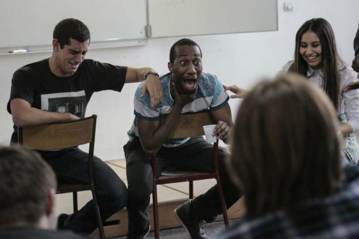 Photo d'une session de formation où les étudiants communiquent et rient pour préparer le concours Eloquentia, présenté dans le documentaire A voix haute.