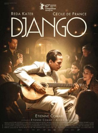 Affiche du film Django d'Etienne Comar sur laquelle nous découvrons Django Reinhardt au milieu de l'affiche, assis et jouant de la guitare. Les personnages secondaires sont autour de lui. La lumière est centrée par Reda Kateb.