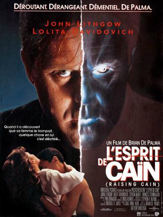 Affiche de L'esprit de Caïn de Brian De Palma sur lequel John Lithgow est de face et affiche un regard très inquiétant. Son visage est coupé par une ligne qui évoque en un clair comme pour scinder en deux le personnage avec une partie négative. En bas à gauche, nous voyons le personnage de Lolita Davidovich et Steven Bauer s'étreindre.